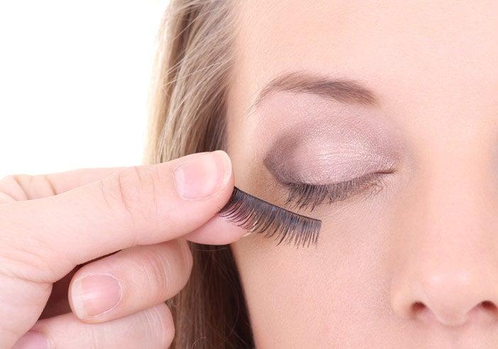 applying-false-eyelashes-9
